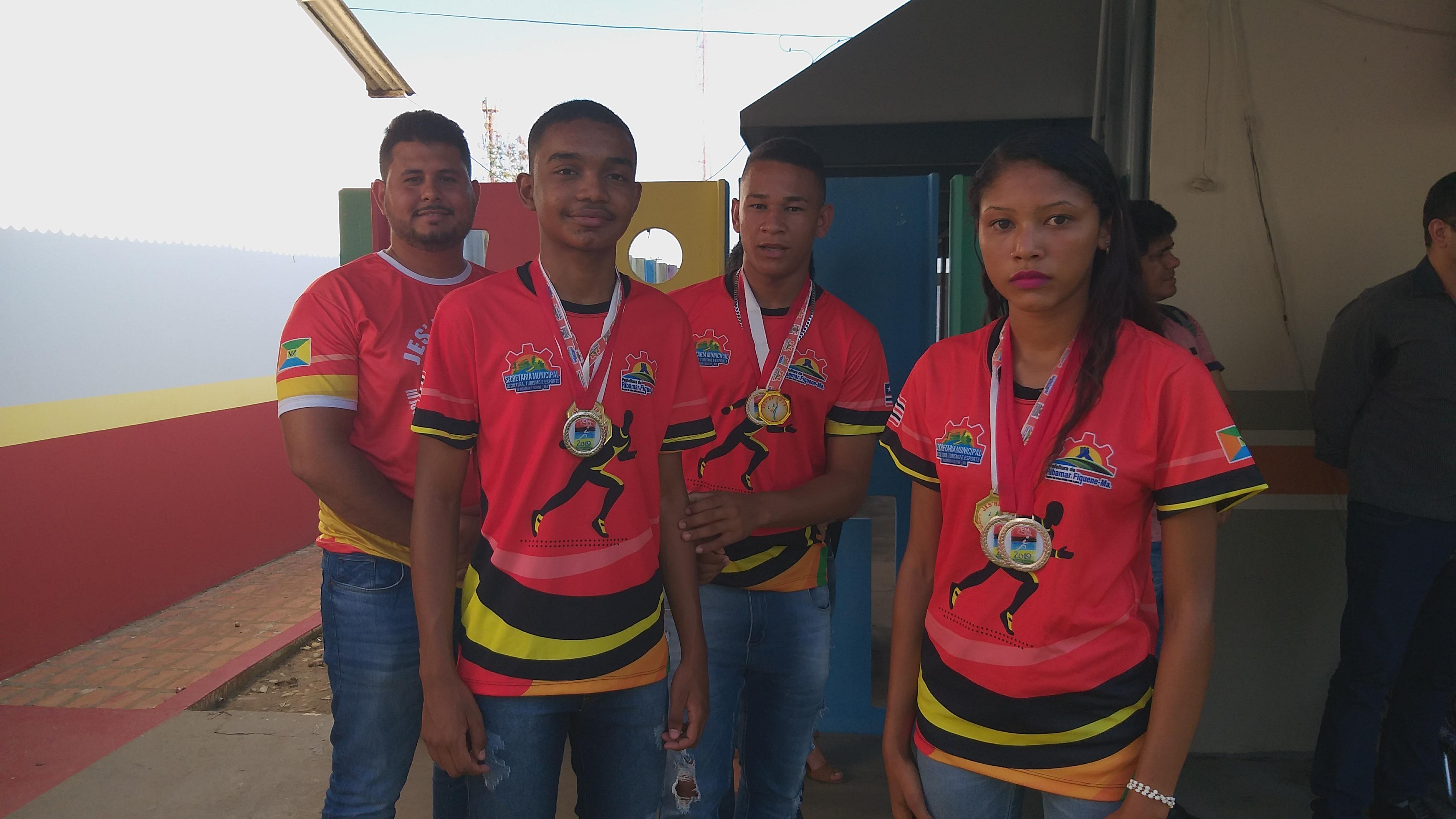 Atletas que representaram o municipio nos JEMES são premiados pela prefeitura